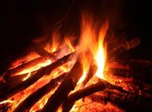 Flamma av en lägereldbrand på night1 royaltyfria bilder