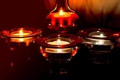 Flamma av en stearinljus i mörkret Fotografering för Bildbyråer