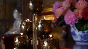 Flamma från den brinnande oljastearinljuslampan i buddistisk tempel closeup 4K lager videofilmer