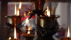 Flamma från den brinnande oljastearinljuslampan i kinesisk släkt- tempel 4K arkivfilmer