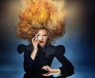 Flamma frisyr av en attraktiv lady Arkivbild