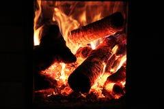 Flamma på brinnande wood bakgrund Royaltyfria Foton