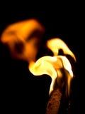 Flammafacklabränning i natten hessian arkivfoto