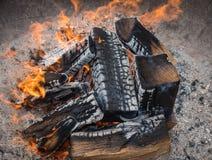 Flamman av det brinnande vedträt i brasa arkivbilder