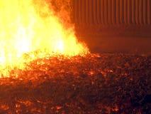 Flamman och varm slagg på spisgallret kol-avfyrade kokkärlet med en mechani arkivfoto