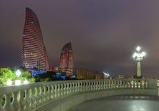 Flamman står högt i Baku Fotografering för Bildbyråer