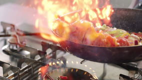 Flammande grönsaker och höna stock video