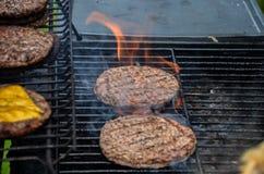 Flammande hamburgare Arkivbilder