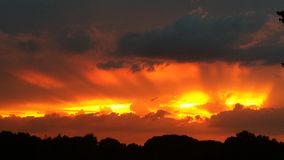 Flammande himmel för solnedgång royaltyfria foton