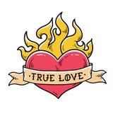 Flammande hjärtatatuering med bandet riktig förälskelse Hjärtabränning i brand Bandsjalar runt om röd hjärta Stil för gammal skol Royaltyfri Fotografi