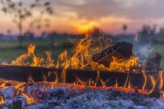 Flammande lägereld och Ohio solnedgång Arkivbilder