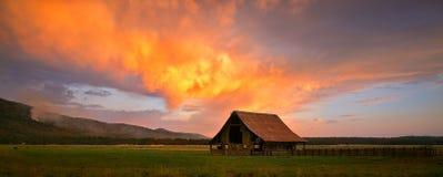 Flammande ladugård i nordliga Kalifornien Arkivbild