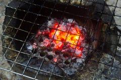Flammande tom textur för bakgrund för BBQ-kolgaller arkivbild