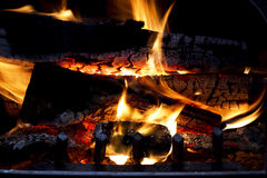 Flammar i WoodStove arkivfoton