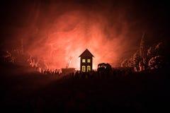 Flamme énorme distrayant la Chambre sur le feu Pompe à incendie avec l'échelle et pompier essayant de sauver la maison Pompier au Photo libre de droits