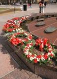 Flamme éternelle avec des fleurs photos libres de droits