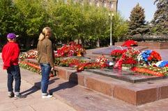 Flamme éternelle de monument Sur la place des combattants tombés Images stock