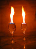 Flamme über Gläsern. Stockfoto