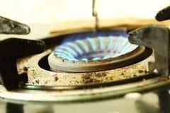 Flamme bleue de couleur sur le fourneau Photos stock
