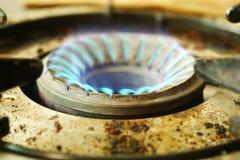 Flamme bleue de couleur sur le fourneau Photos libres de droits