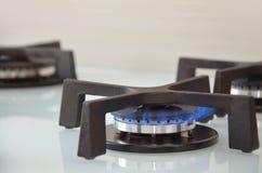 Flamme bleue sur une cuisinière à gaz image libre de droits