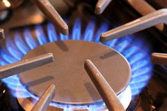 Flamme brûlant sur une cuisinière à gaz Image libre de droits