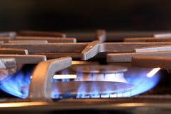 Flamme brûlant sur une cuisinière à gaz Photographie stock libre de droits