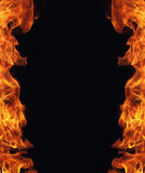 Flamme brûlante du feu sur le fond noir Images libres de droits