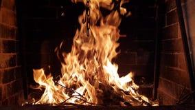 Flamme brennt im Kamin stock video footage
