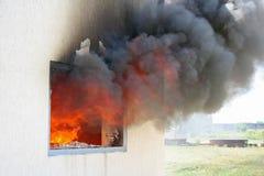 Flamme dans la fenêtre de maison images libres de droits