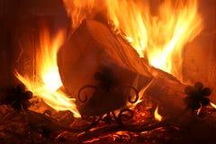 Flamme de bois de chauffage dans le four Photo stock