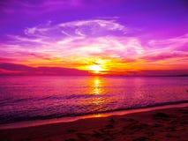 Flamme de coucher du soleil sur le trait horizontal le d'outre-mer photographie stock
