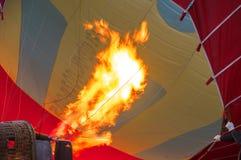 Flamme des ballons à air chauds avant un vol dans GOREME Photographie stock libre de droits