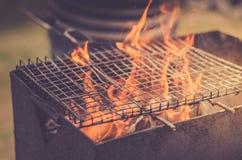Flamme des charbons brûlants/gril pour griller sur le charbon de bois sur le foyer extérieur et sélectif photographie stock