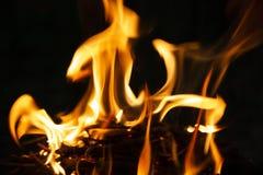 Flamme des Feuers auf einer dunklen Nacht stockbilder