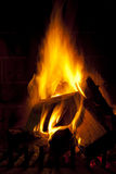 Flamme du feu en bois brûlant d'obscurité Photos libres de droits
