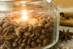 Flamme einer Kerze in den Röstkaffeebohnen Stockfotos