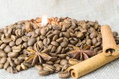 Flamme einer Kerze in den Röstkaffeebohnen Stockbilder