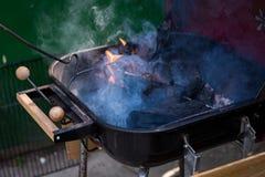 Flamme et fumée au-dessus de barbecue de charbon Photographie stock libre de droits