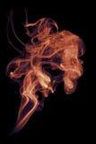 Flamme-farbiger Rauch auf Schwarzem Stockfoto