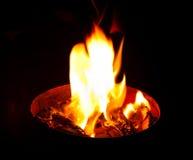 Flamme kommt aus den Behälter heraus Stockbild