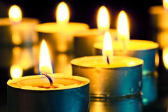 Flamme lumineuse brûlant de petites bougies Photographie stock libre de droits