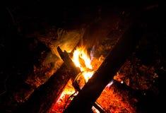 Flamme lumineuse de feu de camp dans l'obscurité sur une campagne chaude photos stock