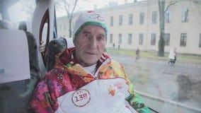 Flamme olympique de course de relais dans le St Petersbourg en octobre Le porteur de flambeau retiré donnent l'entrevue dans l'au clips vidéos