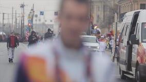 Flamme olympique de course de relais dans le St Petersbourg en octobre Porteur de flambeau courant cortège cameraman clips vidéos