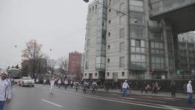 Flamme olympique de Sotchi de course de relais dans le St Petersbourg en octobre Cortège dans la tête du porteur de flambeau cour banque de vidéos