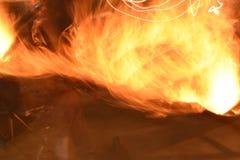 Flamme pendant la nuit d'hiver images libres de droits