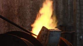 Flamme puissante du feu industriel à l'usine Longueur courante De l'éclat de four d'usine avec de la pression des jets forts de banque de vidéos