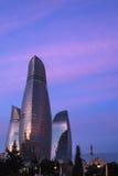 Flamme ragt Gebäude in Baku hoch Lizenzfreie Stockfotos