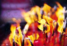 Flamme sur des bougies photos stock